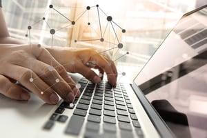 ノートパソコンとノートパソコンを操作する手の図