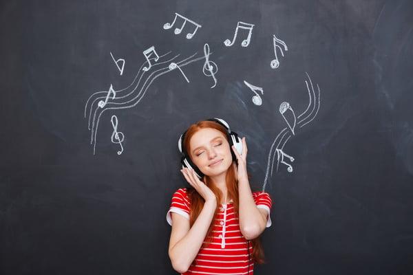 音楽を聴く人の写真